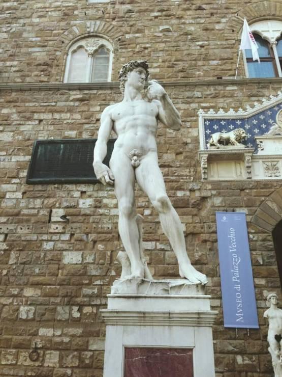 """Копия самой известной скульптуры Микеланджело """"Давид"""" возле входа в Уфицци"""