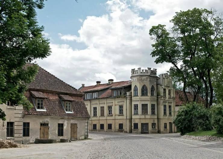 Дом, похожий на небольшой замок  Кулдига, Латвия 529f4d873376e 900x642