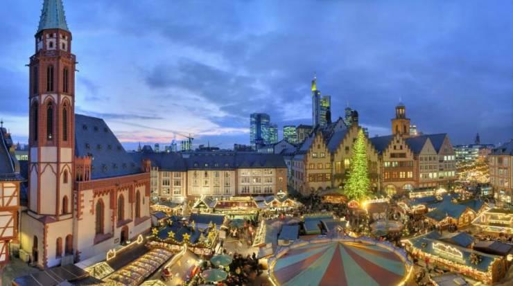 Рождественский рынок в центре Франкфурта-на-Майне